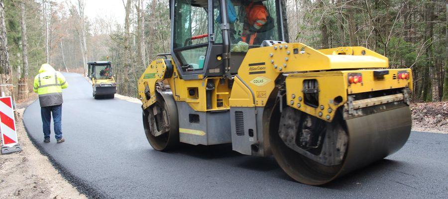 Na niektórych odcinkach budowy tzw. wielkiej pętli łączącej DK51 w Spręcowie z DK16 w Barczewie jest już asfalt