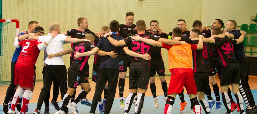 Radość drużyny Constractu Lubawa po wygranej w meczu z Piastem Gliwice