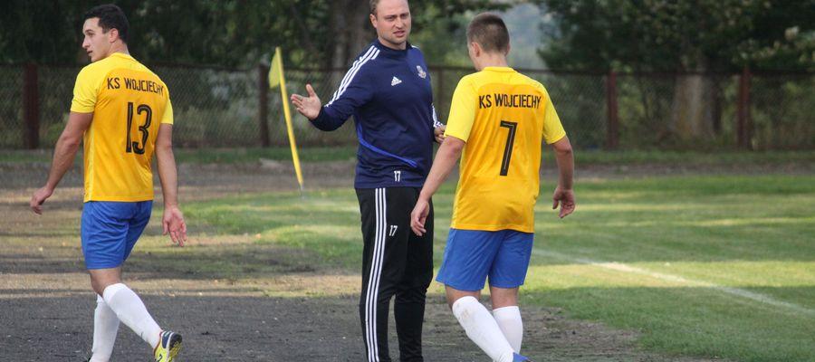 W środku Robert Piecewicz, grający trener KS Wojciechy