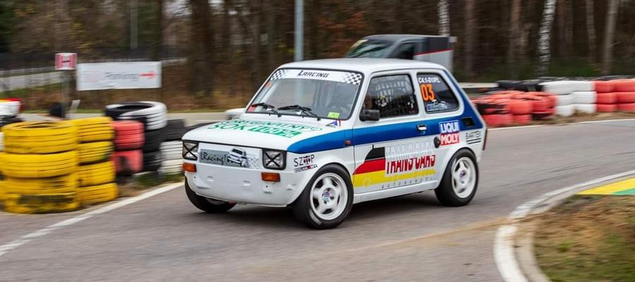 Dawid Lontkowski i jego mknący Fiat 126p podczas zawodów w Toruniu