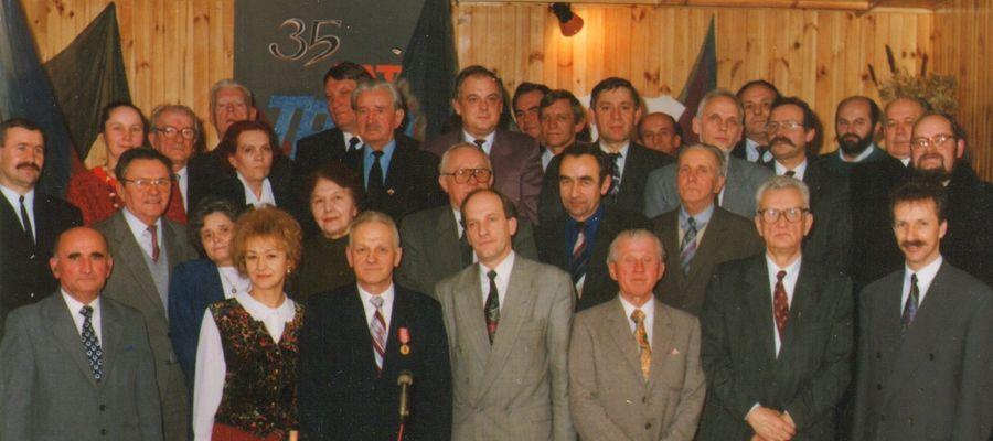 Uczestnicy spotkania z okazji 35. lat Towarzystwa w 1993 roku: u dołu od lewej: Eugeniusz Łaciak-prezes, Janina Jaśkiewicz, Kazimierz Tański-prezes, Jerzy Pełka, Stanisław Męzik, Ryszard Juszkiewicz-prezes i Andrzej Wojdyło - wojewoda c-nowski