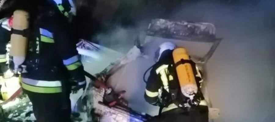 """Trzy zastępy strażackie gasiły płonące audi na """"siódemce"""""""