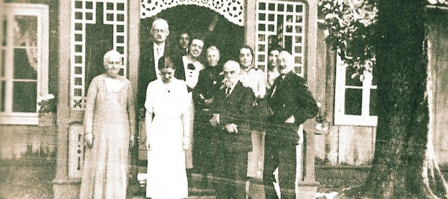 Rodzina Rudowskich przed dworem w Rumoce w 1934 r. Pierwszy z lewej stoi Tadeusz Rudowski