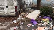 Przy olsztyńskim ratuszu stoją śmietniki, które straszą