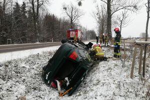 Wypadek pod Braniewem. Samochód wylądował w rowie [ZDJĘCIA]