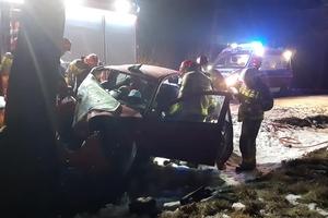 Poważny wypadek na polnej drodze. Kierowca toyoty trafił z obrażeniami do szpitala