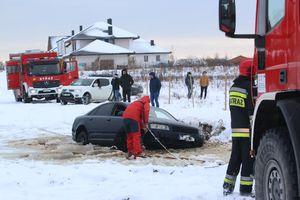 Pięć zastępów straży pożarnej wyjechało do pomocy autu, które utknęło... w kałuży