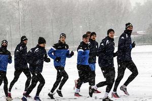 Śnieg pada, piłkarze trenują