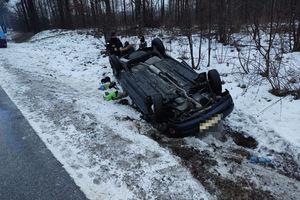 Opel wpadł w poślizg i dachował