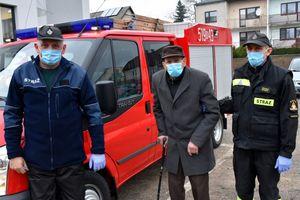 Pan Alfons z Ostaszewa przyjechał na szczepienie dzięki druhom z OSP Grodziczno