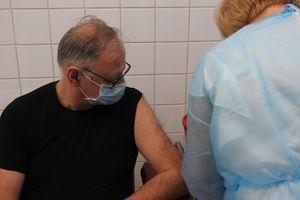 W szpitalu w Bartoszycach zaszczepiono pierwsze osoby przeciwko COVID-19