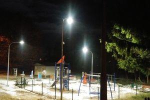 Na plaży miejskiej lampy oświetlają pustą strefę treningową