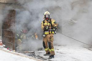 Pożar w garażu na olsztyńskim osiedlu Likusy. Spłonął samochód [ZDJĘCIA, WIDEO]