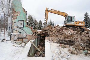 Rozbiórka pustostanu na terenie stadionu Warmii