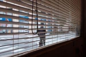 Za namową oszustów spakowała gotówkę i wyrzuciła ją przez okno