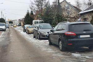 Zaparkowane auta blokują przejazd służb ratunkowych