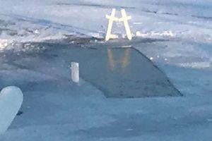 Dwa nagie miecze i lodowe serce na jeziorze w okolicach Dąbrówna