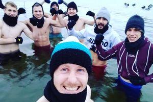 Piłkarze Sokoła Ostróda pierwszy mikro cykl treningowy zakończyli w lodowatej wodzie
