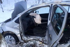 Toyotą uderzył w drzewo