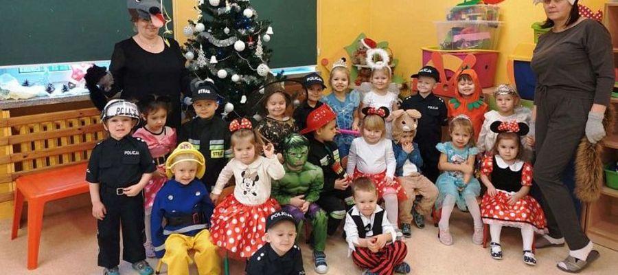 Przedszkolaki i ich panie gotowe do karnawałowego balu