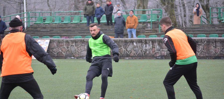 Bramkarz Czarnych Olecko Andrzej Miliszewski w noworocznym meczu zdobył aż trzy bramki
