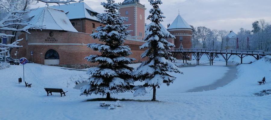 Zimowy widok na fosę i przedzamcze w Lidzbarku Warmińskim