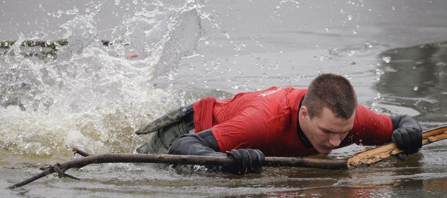 Pierwszy lód na jeziorach jest kruchy i niebezpieczny