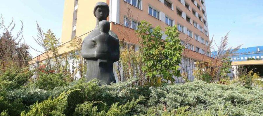 """Rzeźba """"Macierzyństwo"""" stała przed rozebranym niedawno hotelem"""
