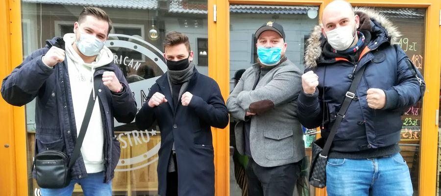 Właściciele olsztyńskich lokali gastronomicznych zbuntowali się i otwierają lokale. Na zdjęciu, od lewej: Mariusz Możdzonek, Alessandro Capriari, Rafał Jankowski, Patryk Marciniak.