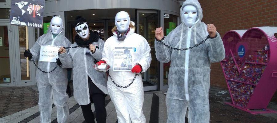 Tak wyglądała próba wejścia antyszczepionkowców do Aury w Olsztynie.