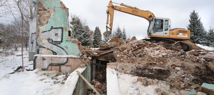 Burzenie pustostanu na terenie stadionu Warmii.