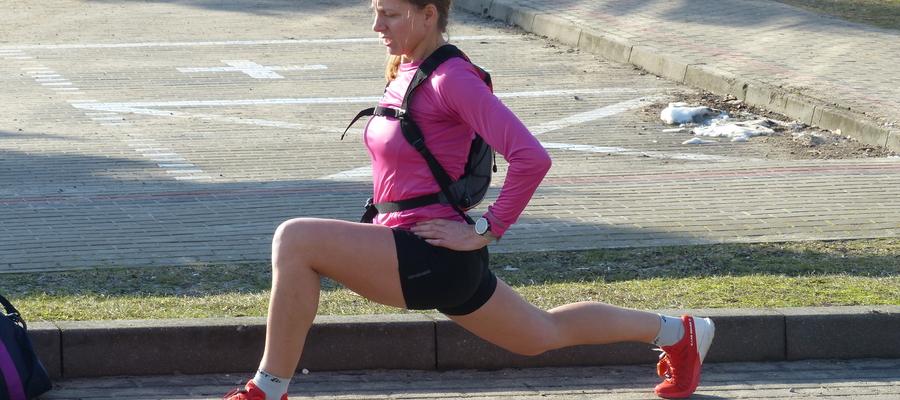 Zdjęcie ilustracyjne - rozgrzewka przed startem biegu Zasuwaj! na trasie Susz - Iława