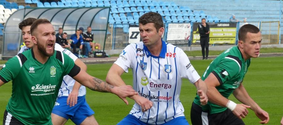 Wojciech Figurski (w środku, biało-niebieska koszulka), grający trener Jezioraka Iława w trakcie meczu z Pisą Barczewo