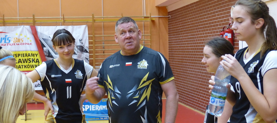 Trener Mieczysław Pietroczuk i juniorki Zrywu podczas przerwy technicznej w meczu z Maratończykiem Ełk