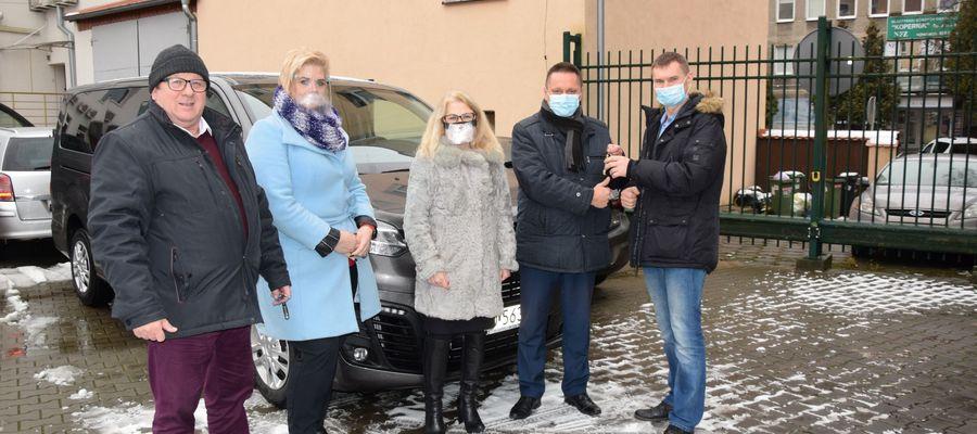 """Przekazanie kluczy do nowego busa, który trafił do Domu dla Dzieci """"Keja"""" w Biskupcu."""