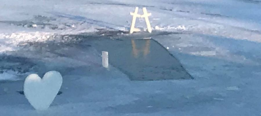 Dwa nagie, lodowe miecze symbolizują zwycięstwo pod Grunwaldem
