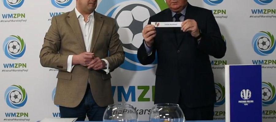 Losowania par dokonali Wiesław Sopyła (z prawej), przewodniczący Komisji Rozgrywek WZPN, oraz Marcin Żyłka, wiceprzewodniczący Kolegium Sędziów WMZPN
