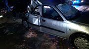 Pijany 32-latek po kradzieży potrącił samochodem ochroniarza, a po brawurowej ucieczce uderzył w inne samochody i latarnię