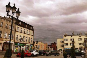 Uciążliwe nocne życie na rynku w Lubawie. Co robić? — pyta radny