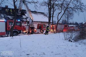 Pożar domu wielorodzinnego. Jedna osoba została ranna [ZDJĘCIA]