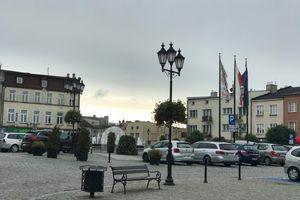 W Lubawie kierowca uderzył samochodem w sklep, inny pędził ulicami miasta 120km/h