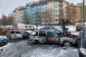 Pożar samochodów w Olsztynie. Policjanci ustalili właścicieli aut