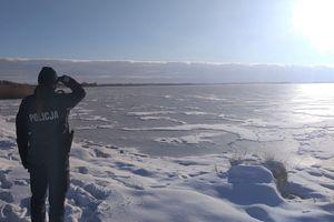 Policjanci przy pomocy drona patrolują zamarznięte jeziora [FILM]