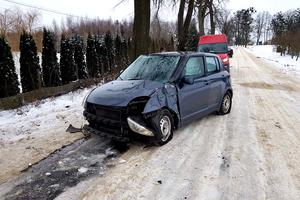 Wypadek w Bartach. 70-latek uderzył autem w drzewo