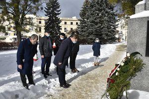 Rocznica powstania Armii Krajowej. Złożono kwiaty pod pomnikiem w Olsztynie