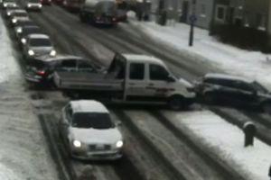 Kolizja trzech aut na skrzyżowaniu w Olsztynie [VIDEO]