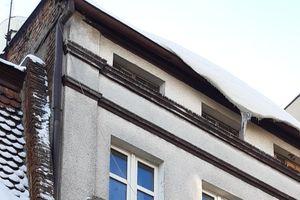Służby ratownicze powiatu nowomiejskiego przypominają o obowiązku odśnieżania dachów i chodników
