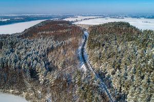 Gazeta za zdjęcie - spojrzenie z góry na drogę w pobliżu jeziora Ublik