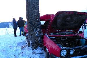 Po uderzeniu osobówką w drzewo, nieprzytomnego kierowcę w ciężkim stanie, zabrał śmigłowiec