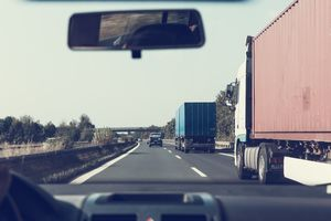 [AKTUALIZACJA] Zablokowana droga S7j. Ciężarówka wjechała do rowu